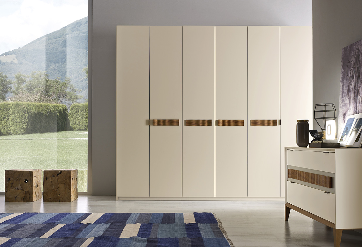 DESIGNER WALTER TURINI <br> Wardrobe with 6 hinged doors, champagne matt lacquered finish (L30) with waved Canaletto walnut handle.