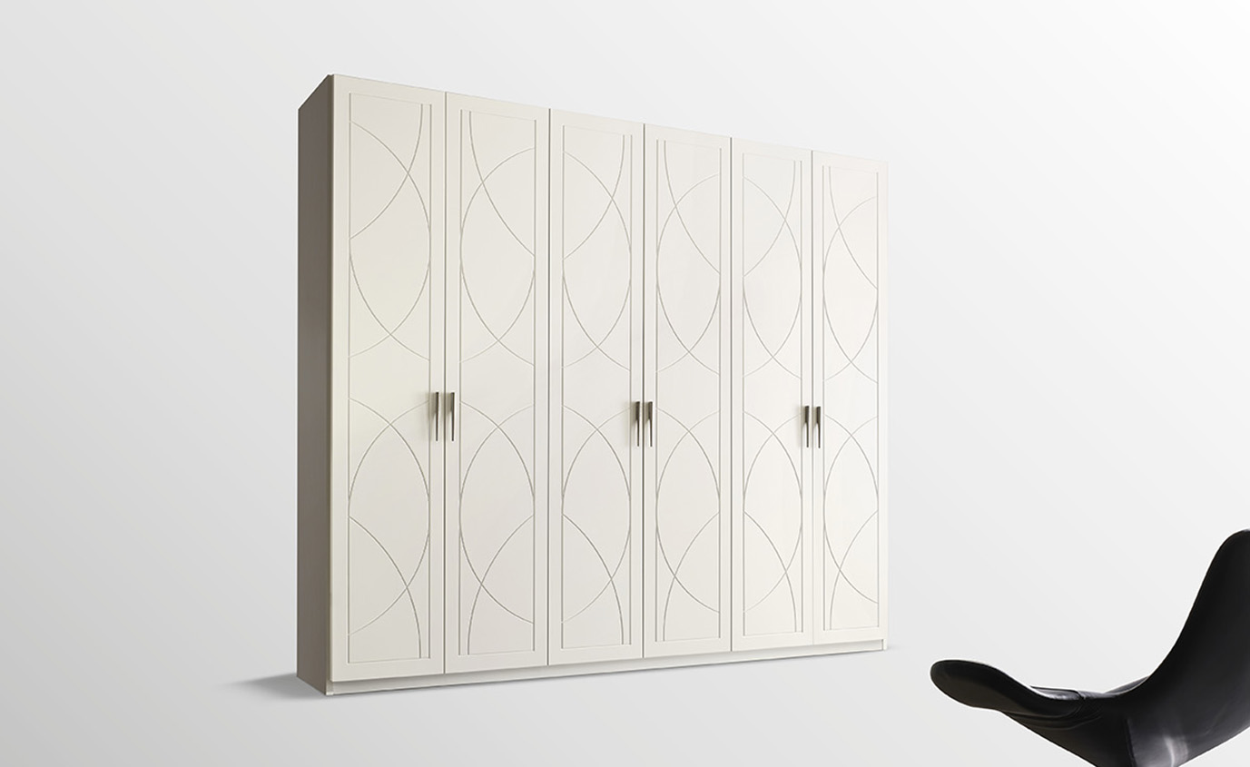 DESIGNER ILIO DI LUPO <br> Wardrobe with 6 hinged doors, antique white matt lacquered finish (A62) with satin-finish conical handle. Arch sections that intertwine to form an original decorative motif for the door.