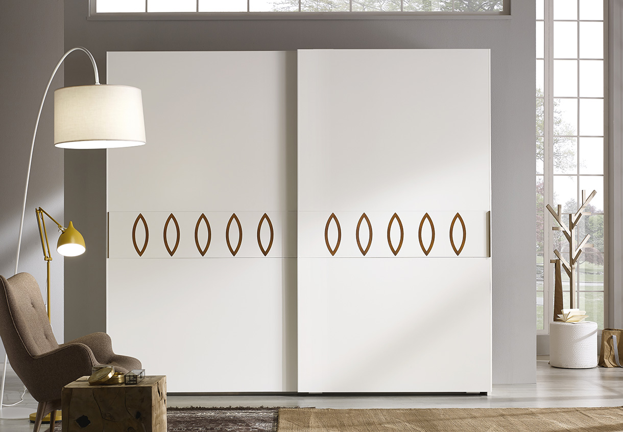 DESIGNER WALTER TURINI <br> Wardrobe with 2 sliding doors, matt lacquered finish, with lacquered central section and bronze coloured metal rings.