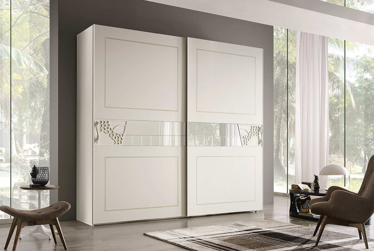 DESIGNER ILIO DI LUPO <br> Wardrobe with 2 sliding doors, antique white lacquered finish (A62) with outline in ochre.