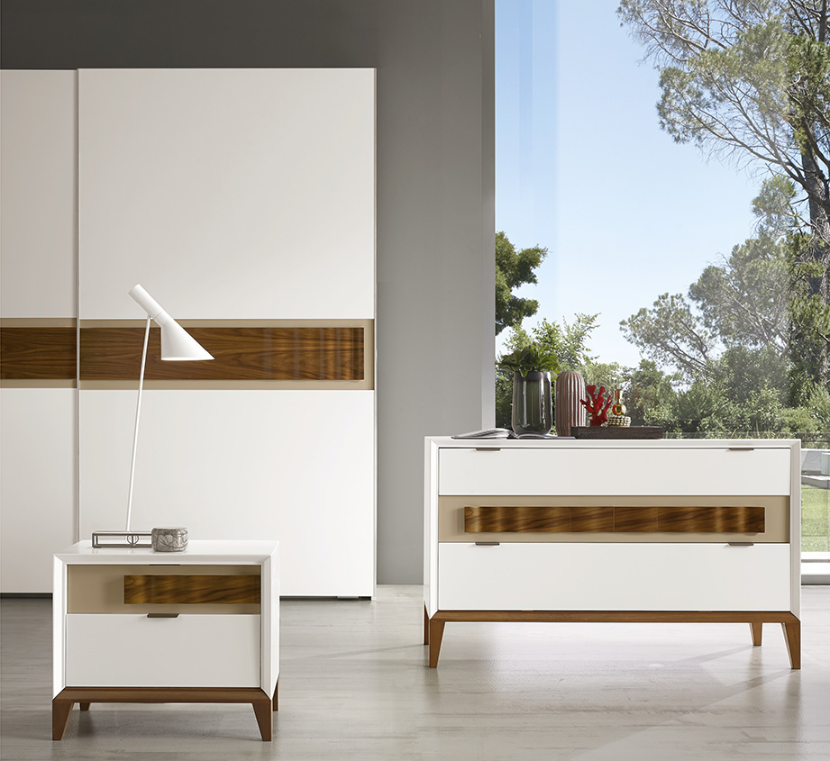 DESIGNER WALTER TURINI <br> Dresser and nightstands in white matt lacquered finish (L01) with feet, pedestal and central drawer handle in waved Canaletto walnut.