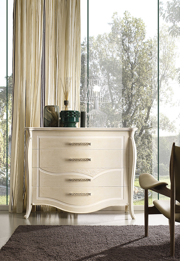 DESIGNER LEONARDO CIAMPI <br> Dresser with 4 curved drawers, ivory sponge  nish with white glaze and decorations.