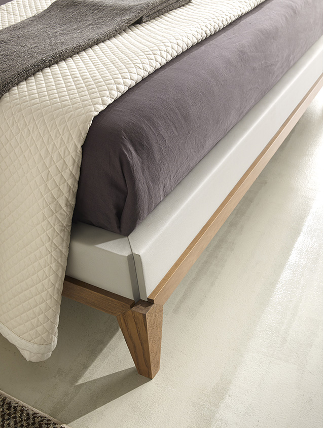 DESIGNER WALTER TURINI <br> TRA ESTETICA E FUNZIONALITÀ Details of the 45° joints between the bed side panels, footboard and legs.
